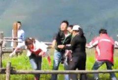丽江景区人员围殴女游客 游客赔